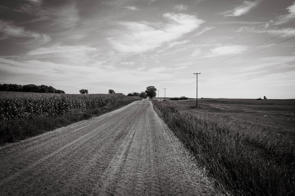 bw-dirt-road-sky